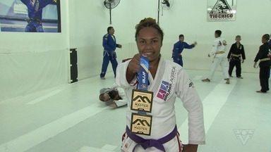 Vicentina volta a competir no jiu-jitsu após 16 anos e garante dois ouros em torneio - Érika Andrade, de 35 anos, foi destaque no Intercontinental de Masters, no Rio de Janeiro.