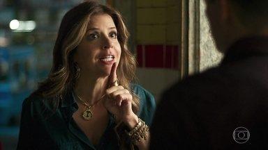 Carla repreende Marco por beijá-la - A dona do Baixadas afirma que ama Madureira, mas não convence Marco