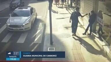 Câmera flagra furto de celular no Centro de Balneário Camboriú; homem foi preso - Câmera flagra furto de celular no Centro de Balneário Camboriú; homem foi preso