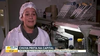 """Especialistas explicam """"chuva preta"""" na Capital - Paulistanos coletaram água escura após a chuva da última segunda-feira. De acordo com especialistas, havia material de combustíveis fósseis ou queimadas presentes na água."""