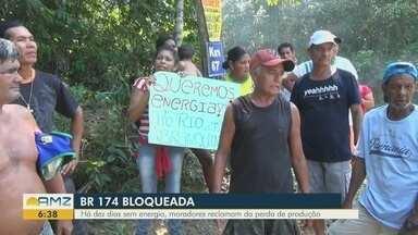 Trecho da BR-174 que liga Manaus a Boa Vista é bloqueado - Há dez dias sem energia, moradores reclamam da perda de produção.