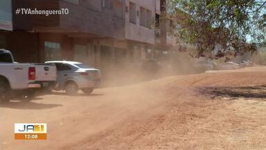 Comerciantes mostram poeira em produtos à venda na LO-23; local não tem asfalto - Comerciantes mostram poeira em produtos à venda na LO-23; local não tem asfalto