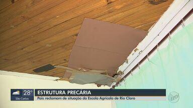 Pais reclamam de estrutura precária da Escola Agrícola de Rio Claro - O forro do teto está caindo e faltam pisos e azulejos.