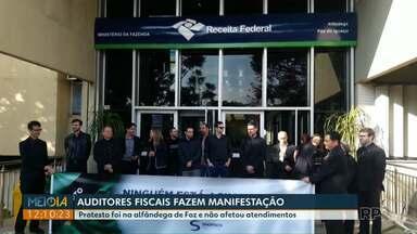 Auditores fiscais fazem manifestação em Foz do Iguaçu - Ele protestaram por cerca de uma hora.