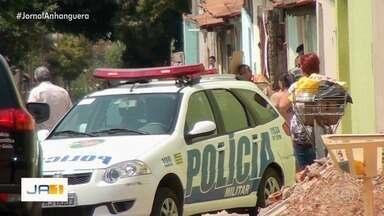 Homem morre em troca de tiros após agredir esposa, diz PM - Segundo policiais, vítima estava sendo espancada durante a noite, quando os policiais chegaram foram recebidos a tiros, revidaram e o investigado morreu.