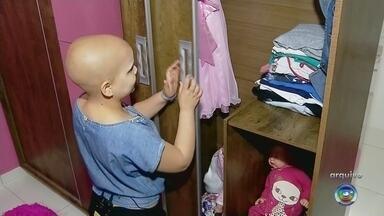 Menina com câncer que ganhou quarto de presente termina sessões de quimioterapia - Menina de 12 anos com câncer que um ganhou quarto cor-de-rosa de presente, terminou as sessões de quimioterapia nesta terça-feira (20).