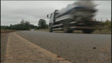 Adolescente morre em Itapeva após bater carro que dirigia em caminhão - Um adolescente de 17 anos morreu após bater o carro que dirigia em um caminhão, na tarde de terça-feira (20), em Itapeva (SP).