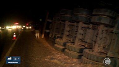 Motorista morre após perder o controle e tombar carreta - Motorista morre após perder o controle de carreta e tombar