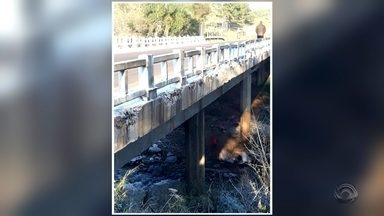 Após acidente, família é resgatada de dentro de rio - Acidente foi na BR 285 em São Miguel das Missões