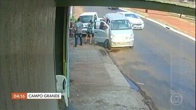 Criança é atingida na calçada após motorista perder o controle e bater em outro veículo - A criança escapou ilesa do acidente. O motorista permaneceu no local durante o atendimento.