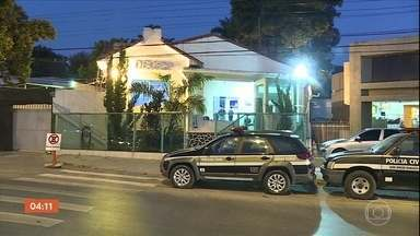 Polícia de MG procura parte de quadrilha que fez dois reféns - O crime começou no sul do estado e terminou em Belo Horizonte, quando a mãe de um bancário foi libertada.