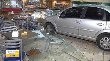 Motorista perde controle e carro invade loja de conveniência em posto na Avenida Garibaldi - Acidente aconteceu na noite de quinta-feira (22) e deixou uma pessoa ferida, em Salvador.