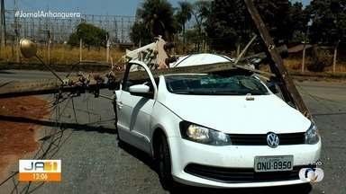 Poste de energia cai em carro após caminhão arrancar fios, em Aparecida de Goiânia - Acidente aconteceu na Avenida Ipanema na manhã desta sexta-feira (23).