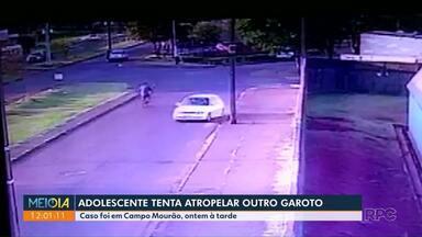 Adolescente tenta atropelar outro garoto - Ação foi flagrado por câmera de vigilância.