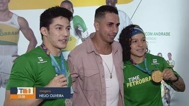 Medalhistas do Pan recebem público em shopping de Santos, SP - Arthur Nory e Bia Ferreira são dois medalhistas dos últimos jogos Pan-Americanos.