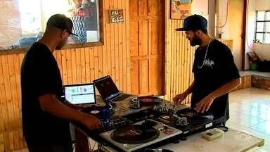 Casa de hip-hop oferece oficinas de graça a moradores de Caxias do Sul - Arte tem mudado a vida de muita gente na cidade.