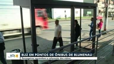 Em Blumenau, passageiros aguardam a colocação dos vidros nos pontos de ônibus - Em Blumenau, passageiros aguardam a colocação dos vidros nos pontos de ônibus