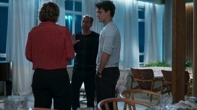 Max confronta Fátima sobre sua conversa com Guga - O pai de Guga fica ofendido e afirma a fátima que o filho 'passa o rodo' na mulherada