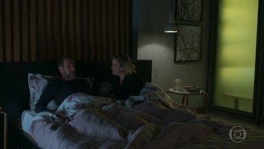 Max conta a Regina sobre insinuação de Fátima de que Guga seria gay - Regina não dá importância e pede que o marido esqueça o assunto