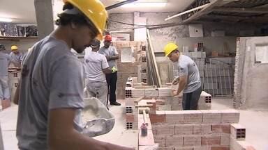 Empresário cria escola para qualificar profissionais da construção civil - Escola possui 12 cursos de até 16 meses. A mensalidade varia de R$ 150 a R$ 280. Existem aulas teóricas e, principalmente, práticas.