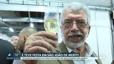 Vereadores de São João de Meriti festejam em meio a protesto de aposentados sem salário - Enquanto isso, professores reclamam de unidades escolares com falta de materiais e sem merenda, além de salários atrasados.