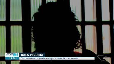 Mulher é atingida por bala perdida dentro de casa, em Vila Velha, ES - Ela estava sentada no sofá da sala dela, na noite dessa quinta-feira (22), quando dois tiros atingiram a casa. A vítima ficou baleada no ombro. Nenhum suspeito foi preso.