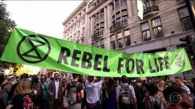 Principais capitais da Europa têm atos em defesa da Amazônia - Manifestantes protestaram diante das embaixadas brasileiras contra o aumento das queimadas na Região Norte.