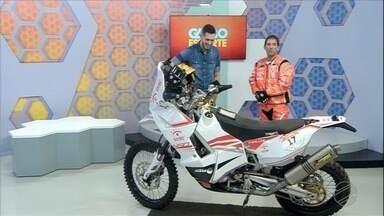 Globo Esporte coloca moto do Rally dos Sertões pra dentro do estúdio - Piloto Tiago Fantozzi, o campeão mais jovem da história da categoria das motos no evento, bateu um papo com o apresentador Flávio Passos