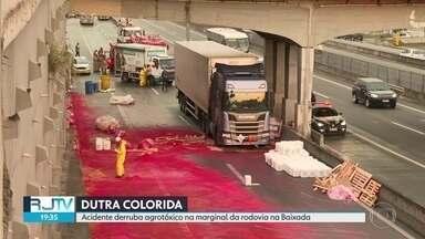 Acidente derruba agrotóxico na marginal da rodovia na Baixada - Um caminhão derrabou litros agrotóxico na pista sentido São Paulo, na altura de Nova Iguaçu. Por ser produto perigoso, a Polícia Rodoviária Federal interditou a área.