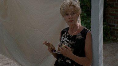 Casa Assassina - Ben confronta Moira sobre seu comportamento estranho. Vivien conhece o primeiro residente da casa.
