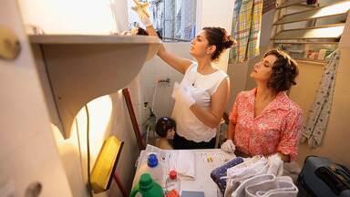 Área de Serviço - Na casa da Carol, a área de serviço só tem bugingangas. Ciça decide pedir ajuda a Micaela para transformar o espaço em um conjugado de lavanderia e depósito.