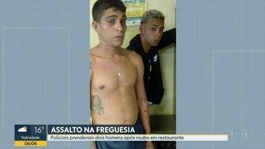 Polícia prende bandidos após roubo em restaurante na Freguesia - Os dois bandidos assaltaram um restaurante na Freguesia, Jacarepaguá. Policiais prenderam a dupla de assaltantes e recuperou o dinheiro e celulares roubados.
