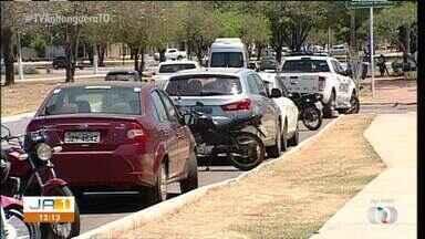 Motoristas relcamam de volume de veículos estacionados em frente à agencia bancária - Motoristas relcamam de volume de veículos estacionados em frente à agencia bancária