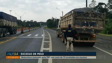 PRF retém caminhão com mais de 13 toneladas de excesso de peso em Ponta Grossa - Veículo estava carregado com areia e sem documentação que comprovasse peso.