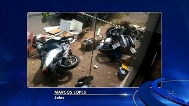 Motorista é preso suspeito de tráfico de drogas após tentar fugir da polícia e bater carro - Um motorista foi preso suspeito de tráfico de drogas após tentar fugir da polícia e bater o carro em duas motocicletas estacionadas, na manhã desta terça-feira (28), em Jales (SP).