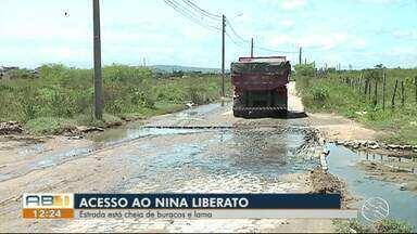 Moradores reclamam de buracos em bairro de Caruaru - Rua está cheia de buracos e lama.