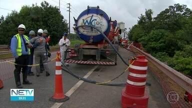 Trabalho para retirar óleo que vazou de refinaria, em Suape, entra no terceiro dia - Técnicos e policiais federais acompanham o caso de dano ambiental