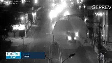 Câmera flagra momento que motociclista bate em carro em Feira de Santana; vítima morreu - Acidente ocorreu no cruzamento da Av. Presidente Dutra, pouco depois da meia-noite desta quarta-feira (28).