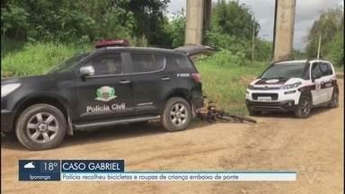 Polícia continua atrás de pistas do desaparecimento de garoto em Registro - Bicicletas e roupas de criança embaixo de ponte onde passa linha férrea, no Rio Ribeira.