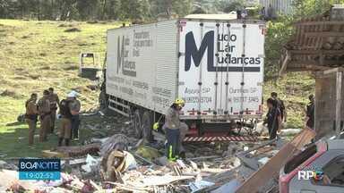 Motorista de caminhão que passou por cima de uma casa presta depoimento em Ponta Grossa - O acidente terminou com a morte de três pessoas.
