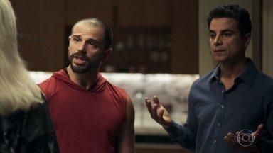 Márcio e Paixão disputam a atenção de Kim - A agente dispensa os dois