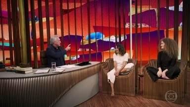 """Anavitória explica ritual de cantar descalça - Ana Caetano e Vitória Falcão chegam cantando """"Porque Eu Te Amo"""", descalças, e ficam surpresas ao perceberem que Pedro Bial retirou os sapatos para recebê-las"""