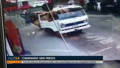 Caminhão sem freios passa por cima de motos estacionadas, em Londrina - O caminhão parou quando bateu em um carro.