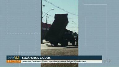 Semáforos são derrubados por caminhão que carregava caçamba - Acidente foi na Avenida Felipe Wandscheer, que ainda está sem semáforos.