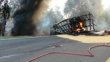 Vítimas do acidente na BR-277 são enterradas na região Oeste - O acidente foi na manhã de sábado e três pessoas morreram.