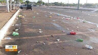 Quantidade de lixo na praia da Graciosa impressiona banhistas - Quantidade de lixo na praia da Graciosa impressiona banhistas