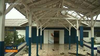 Vendaval destelha escola em Arapongas - Vento arrancou telhas e parte da fiação queimou após a chuva.