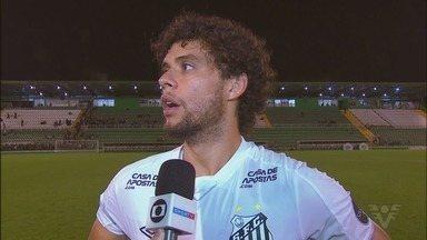 Após vitória em Chapecó, Victor Ferraz desabafa sobre momento do Santos - O lateral-direito e capitão do Peixe falou sobre as cobranças e o apoio da torcida alvinegra.