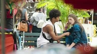 Cleber sugere que Anjinha ofereça flores a Neide em nome de Marco - Anjinha acredita que será reprovada na escola por causa da atitude do pai