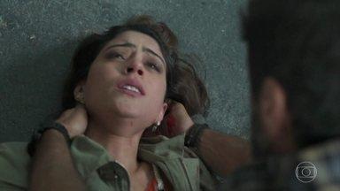 Helena protege Laila do disparo de Dalila - Ela é atingida e levada para o hospital